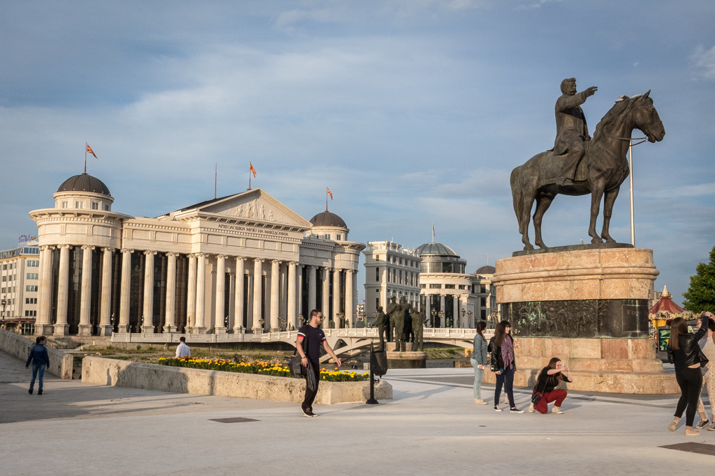 """A statue of well-known revolutionary figure Goce Delcev and the """"Boatmen of Thessaloníki"""" monument in front of the newly-built Museum of Archaeology"""